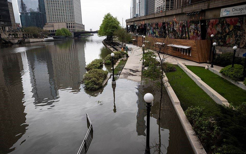 28587624-8336753-ILLINOIS_The_Chicago_River_overflowed_its_banks_and_flooded_the_-a-28_1589923750021_2005200320154250