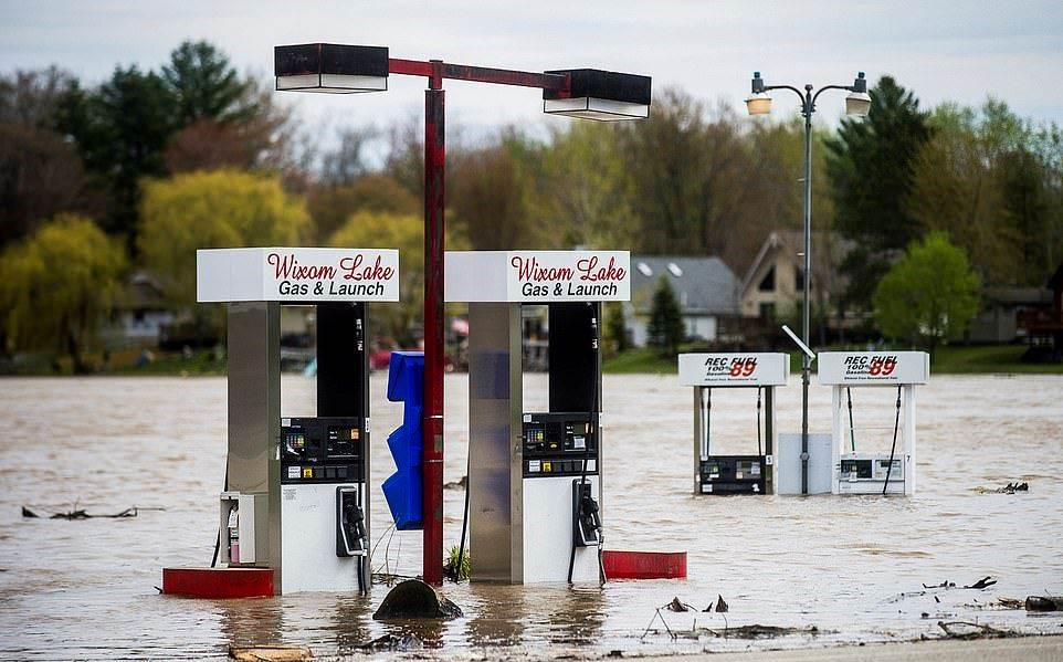 28590964-8336753-MICHIGAN_Water_inundated_a_gas_station_in_Wixom_Michigan_Nearby_-a-21_1589923749373_2005200320154250
